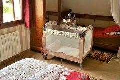 Le lit de bébé de la chambre rouge